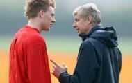 Cựu sao Arsenal: 'Tôi muốn quay ngược thời gian, dùng búa đập đầu mình'