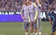 """Ronaldo bị Fernando """"tập kích"""" vùng kín"""
