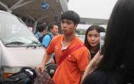 Công Phượng nhận quà đặc biệt từ Fan nữ tại sân bay Tân Sơn Nhất