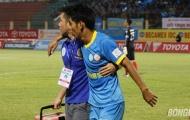 Cầu thủ Sanna Khánh Hòa lết ra khỏi sân vì bị đạp vào đầu gối