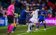 Sao Ý túm áo như đấu vật, khiến cầu thủ Anh ngã chổng vó