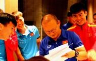 Duy Mạnh, Văn Toàn cười tít mắt với món quà 'khó đỡ' tặng thầy Park