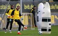 Hai thủ môn Dortmund cực ngầu với kính đen trên sân tập