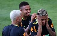 Chơi 'bóng bàn' thua trận, Neymar bị búng lỗ tai