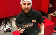 Cả sự nghiệp Messi thu bé lại vừa bằng... một đôi giày