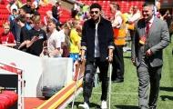 Alex Oxlade-Chamberlain chống nạng đến Anfield xem đồng đội thi đấu