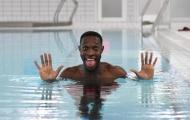 Tương lai bất ổn, sao Arsenal vẫn tươi rói 'đi bơi'