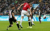 CHOÁNG! Chỉ 1 khoảnh khắc, Maguire tự tay vứt hàng công Man Utd vào sọt rác