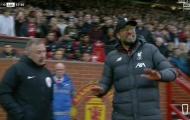 Klopp 'tức hộc máu', la hét ngoài đường pitch khi Rashford ghi bàn tranh cãi