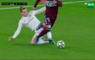 Bale triệt hạ khủng khiếp, cựu sao Barca suýt nữa thì 'toang'!