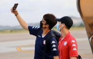 Công Phượng tạo kiểu 'selfie', CLB TP.HCM 'diện' khẩu trang trên đường đến Quảng Nam