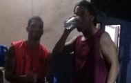 SỐC! Ronaldinho thoải mái uống rượu trong tù