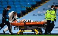 SỐC! Va chạm kinh hoàng với Ederson, sao trẻ Man City thở oxy rời sân