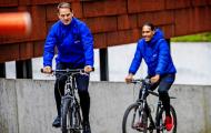 Van de Beek, Van Dijk tập buổi đầu tiên với HLV 'tệ nhất lịch sử Premier League'