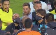 CHOÁNG! Messi gây sốc, điên tiết chửi thẳng mặt đối thủ