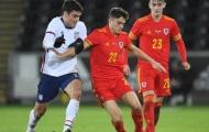 Không có Giggs, Xứ Wales hòa nhạt nhẽo, Bale lôi MacBook ra xem
