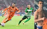 Bị kèm quá chặt, Ronaldo bực bội từ chối đổi áo