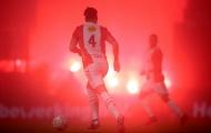 Chưa được trở lại sân, Ultras leo rào, đốt pháo đỏ rực sân vận động