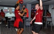 Chọc tức đồng đội, sao Liverpool mang áo Chelsea trong tiệc ăn mừng vô địch
