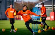 Cú hích tân binh, lộ thái độ của Pogba trên sân tập Man Utd