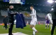 Ramsey đá văng chai nước ngay trước mặt Pirlo