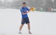 """""""Quái vật"""" Arsenal quần đùi, áo phông tập luyện dưới cơn bão tuyết"""