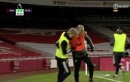 Van de Beek để lại hình ảnh gây bão với tân binh của Arsenal