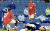 SỐC! Sao Chelsea đạp vào chân cầu thủ Man Utd rồi... lăn ra đau đớn