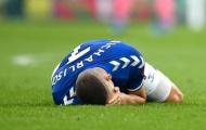 Như 1 thói quen, thủ lĩnh Man City thúc cùi chỏ vào mặt sao Everton
