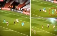 Nhìn Mane, Salah ôm đầu vung tay, ngã khuỵu nằm xuống sân