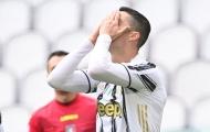 CHOÁNG! Quá điệu đà, Ronaldo bỏ lỡ cơ hội từ khoảng cách chưa đầy 1m