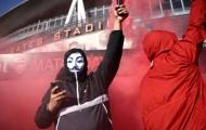 Hàng ngàn fan Arsenal bao vây Emirates, đòi tống khứ cả nhà 1 cái tên