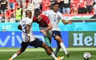 2 hậu vệ tuyển Pháp không muốn chạm vào người cầu thủ Hungary