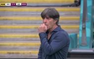 HLV Joachim Low chia tay EURO bằng hành động... ăn gỉ mũi