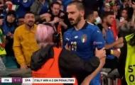Bonucci bị bảo vệ đuổi khỏi sân vì lầm tưởng là... cổ động viên