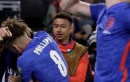 Vẻ mặt khó đỡ của Lingard trước màn ăn mừng của đồng đội