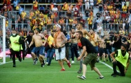 Khán giả tràn xuống sân gây bạo loạn khủng khiếp ở Ligue 1