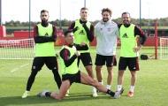 Ronaldo tạo dáng khó đỡ, rõ thái độ Van de Beek trên sân tập Man Utd