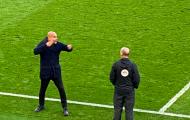 Guardiola nổi nóng, cởi phăng áo trước mặt trọng tài