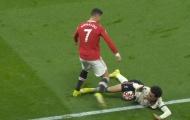 Sir Alex lắc đầu ngao ngán, Ronaldo nổi điên có hành động gây sốc
