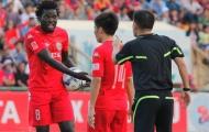 Theo chân huyền thoại Chelsea, Moses không quên một người ở V-League