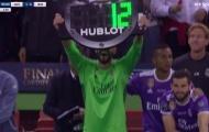 Thủ môn Real mượn bảng điện tử của trọng tài để ăn mừng