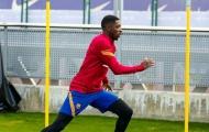 Barca nhận cú hích từ 'chuyên gia nằm cáng'