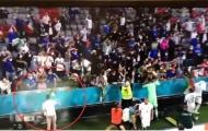 Phấn khích tột độ, sao tuyển Ý cởi quần tặng fan