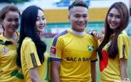 Ngọc Hải, Phi Sơn tươi tắn bên fan nữ trước trận SLNA gặp Sài Gòn