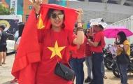 Fan nữ xinh đẹp đội nắng tiếp lửa U23 Việt Nam