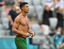 Ronaldo khoe body hoàn hảo không uống Coca thế nào?