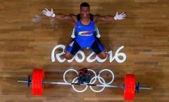 Nhà vô địch Olympic khóc nức nở, cởi giầy giải nghệ