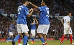 Ronaldinho xỏ háng 2 cầu thủ trong '2 nốt nhạc'