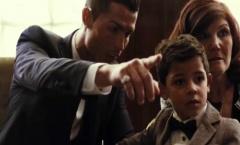 Ronaldo 'lệnh' con trai chào chú Messi